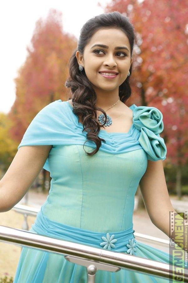 Cnfbyziuaaasmdm Actress Oviya Cleavage