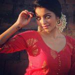 Actress Janani Iyer  2017 HD Photos  (20)