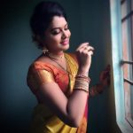 rachitha dinesh mahalakshmi Saravanan Meenakshi actress, instagram and travel photos  (5) in golden saree against window