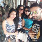 Janani Iyer, selfie, frind, gang