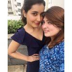 Rashi Khanna, friend, pose