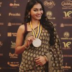 Andrea Jeremiah, medal, behindwoods, awards, saree